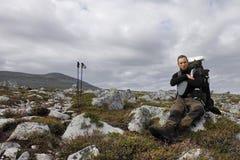 Wandelaar in de wildernis van Noorwegen Royalty-vrije Stock Fotografie