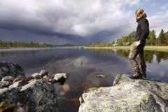Wandelaar in de wildernis van Zweden Stock Foto's