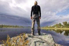 Wandelaar in de wildernis van Zweden Stock Afbeelding