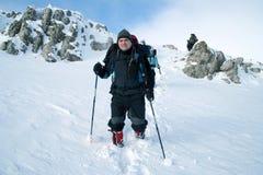 Wandelaar in de winterbergen Royalty-vrije Stock Afbeelding