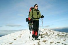 Wandelaar in de winterbergen Stock Foto's