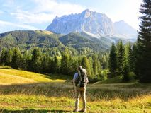Wandelaar die bij een verre berg staren royalty-vrije stock afbeelding