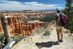 Wandelaar die Bryce Canyon, Utah overzien Royalty-vrije Stock Afbeeldingen