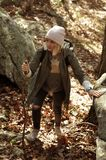 Wandelaar die in de herfstbos lopen in de bergen Wandeling en het reizen Royalty-vrije Stock Fotografie