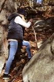 Wandelaar die in de herfstbos lopen in de bergen Wandeling en het reizen Stock Afbeeldingen