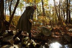 Wandelaar die in de herfstbos lopen in de bergen Wandeling en het reizen Stock Foto