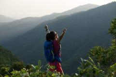 wandelaar die op de bergbovenkant van de de zomerzonsopgang wandelen Stock Afbeeldingen