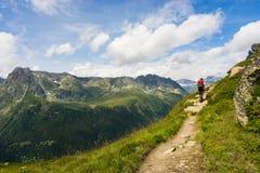 Wandelaar die op een mooie weg in Aiguilles-Rouge lopen royalty-vrije stock foto