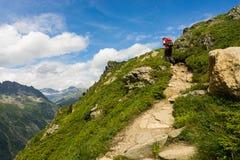 Wandelaar die op een mooie weg in Aiguilles-Rouge lopen Royalty-vrije Stock Foto's
