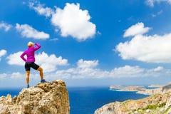 Wandelaar die op rotsachtige richel het Eiland van de Middellandse Zee, Kreta overzien, Griekenland Royalty-vrije Stock Afbeeldingen