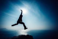 Wandelaar die op zonsopgangkust springen Royalty-vrije Stock Foto