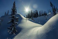 Wandelaar die over zijn sneeuwschoenen naar het mooie landschap in de Franse bergen tijdens zonsondergang kijken Royalty-vrije Stock Fotografie
