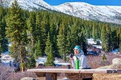 Wandelaar die rust op sleep in Rocky Mountains hebben royalty-vrije stock fotografie