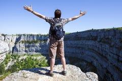Wandelaar die van adembenemend landschap vanaf bovenkant van klip in Zwitserland genieten royalty-vrije stock afbeeldingen