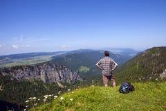 Wandelaar die van adembenemend landschap vanaf bovenkant van klip in Zwitserland genieten royalty-vrije stock foto's