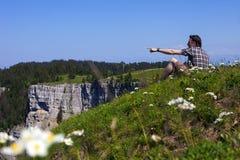 Wandelaar die van adembenemend landschap vanaf bovenkant van klip in Zwitserland genieten stock fotografie