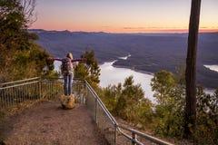 Wandelaar die van de meningen van de riviervallei genieten Royalty-vrije Stock Afbeeldingen