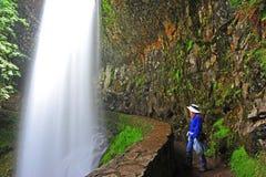 Wandelaar die van het ogenblik van de Watervallen geniet stock fotografie