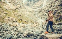 Wandelaar die van Ruw Landschap genieten stock fotografie