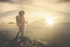 Wandelaar die van zonsopgang op berg genieten royalty-vrije stock fotografie