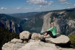 Wandelaar die Yosemite Vallei I overziet Stock Foto