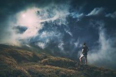 Wandelaar die zich op een heuvel bevinden Instagramstylization Royalty-vrije Stock Afbeeldingen