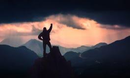 Wandelaar die zich op een klippenrand bevinden stock fotografie