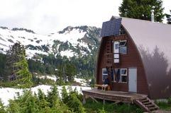 Wandelaar en een alpiene hut Stock Afbeeldingen