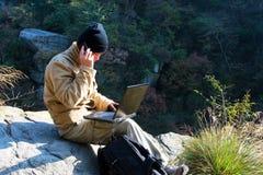 Wandelaar en laptop Stock Afbeeldingen