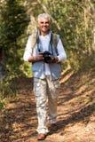 Wandelaar het lopen bos Royalty-vrije Stock Foto