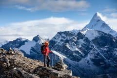 Wandelaar het stellen bij camera op trek in Himalayagebergte, Nepal stock foto's