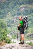 Wandelaar in hooglanden van Himalayagebergte op Manaslu-kring Royalty-vrije Stock Afbeelding