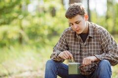 Wandelaar in hout het eten Royalty-vrije Stock Fotografie