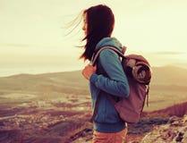 Wandelaar jonge vrouw openlucht stock fotografie