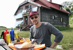 Wandelaar/Lunch in Front Of Mountain House stock foto