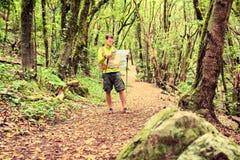 Wandelaar met kaart in bos Stock Foto's