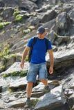 Wandelaar met rugzak in bergen Royalty-vrije Stock Afbeelding