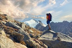 Wandelaar met rugzak in de bergen Stock Afbeeldingen
