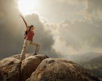Wandelaar met rugzak die zich bovenop een berg bevinden Stock Foto