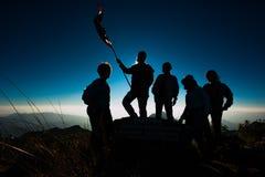 Wandelaar met rugzak die zich bovenop een berg bevinden Royalty-vrije Stock Afbeeldingen