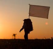 Wandelaar met rugzak en vlag die op het gebied lopen Royalty-vrije Stock Fotografie