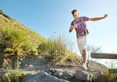 Wandelaar met rugzaktrekking op een bergsleep Stock Foto