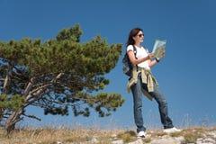 Wandelaar met thwkaart Stock Foto's
