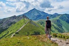 Wandelaar op de sleep van Westelijke Tatras Stock Afbeelding
