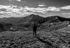 Wandelaar op de top van Cupidopiek, Loveland-Pas De Rotsachtige Bergen van Colorado royalty-vrije stock afbeeldingen