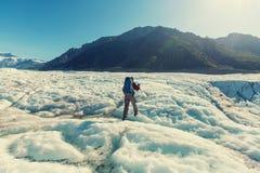 Wandelaar op gletsjer Stock Foto's