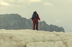 Wandelaar op gletsjer Royalty-vrije Stock Foto's