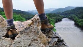 Wandelaar op rotsachtige top van berg Royalty-vrije Stock Afbeelding