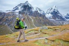Wandelaar op trek in Himalayagebergte  Royalty-vrije Stock Fotografie