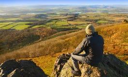 Wandelaar in plattelandslandschap stock afbeelding
